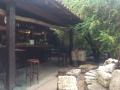 lounge ősi falakkal és ringlóval